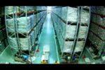 大惨事!倉庫内の棚をドミノ倒しの様に倒してしまうフォークリフトの映像
